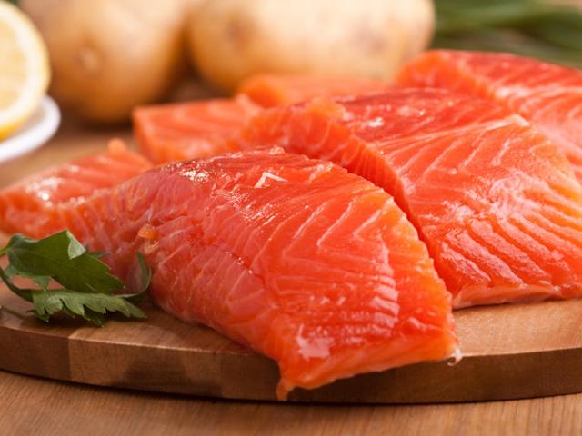 Як можна вдома посолити рибу кету смачно: поради щодо вибору та соління риби, рецепти сухий засолювання кети і в розсолі. Як засолити кету швидко, з гірчицею, лимоном і чебрецем, горілкою: рецепт