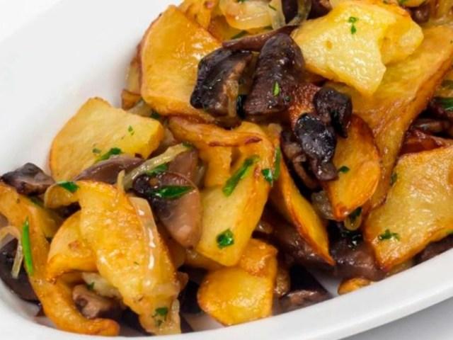 Картопля смажена з грибами сушеними, маринованими, замороженими, білими, вешенками і печерицями: класичний рецепт, в мультиварці, на сковороді, важливі поради щодо вибору грибів і правильної смаженні картоплі