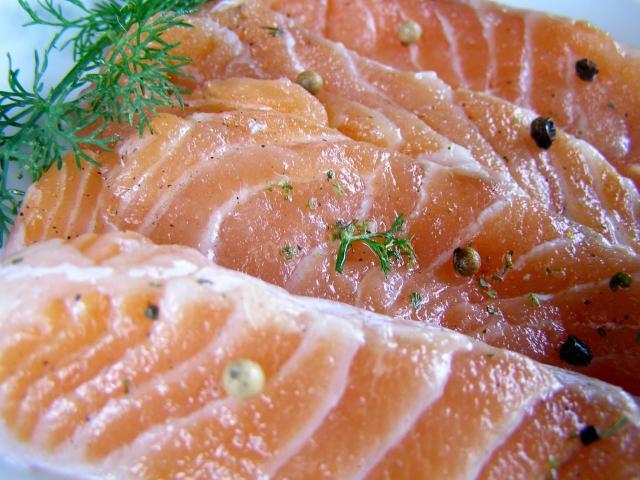 Як засолити лосось будинку смачно: рецепт приготування риби, швидким способом, із зеленню та спеціями, поради, фото, відео