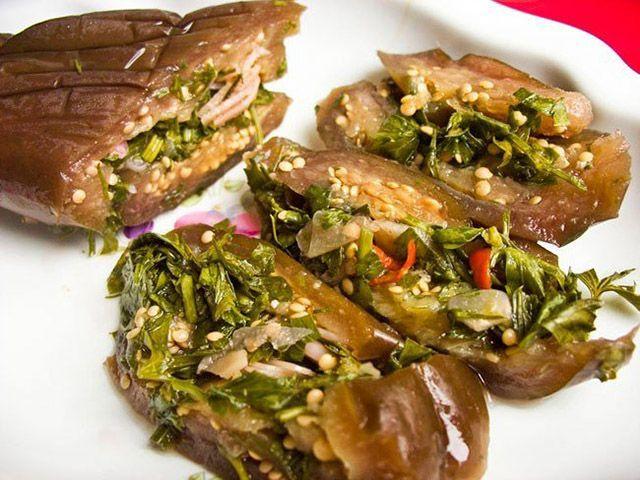Як смачно приготувати баклажани на зиму солоні, гострі, азербайджанською, з солодким перцем, зеленню, овочами, морквою, моченой журавлиною, часником під гнітом за класичним рецептом, як справжні гриби: найкращі рецепти
