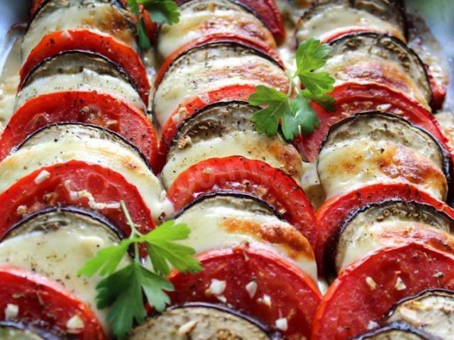 Що приготувати з баклажанів швидко і смачно? Як приготувати смажені і запечені баклажани з помідорами: ідеї для закусок, рулети, торти, салату, омлету, найсмачніші рецепти