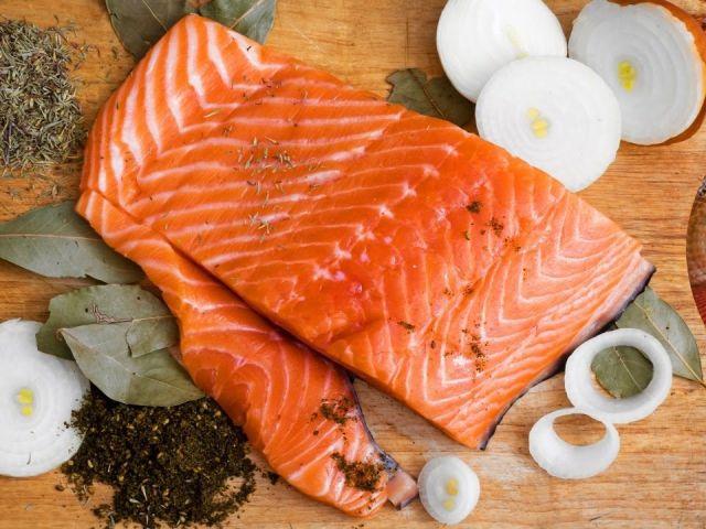 Як посолити рибу кижуч в домашніх умовах смачно сухим, мокрим способом, з цибулею і маслом: найкращі рецепти