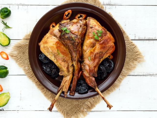 Як приготувати кролика в сметані? Кращі рецепти приготування запеченого і тушкованого кролика в сметані з картоплею, грибами, у фользі