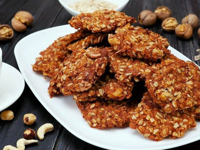 Вівсяне печиво в домашніх умовах: найкращі рецепти з горіхами, сиром, шоколадом, бананом, з гречаною мукою і журавлиною, кукурудзяною мукою і кокосовою стружкою, зі злаками, з рисовим борошном і насінням, з м'ятою в шоколаді, з перцем і імбиром