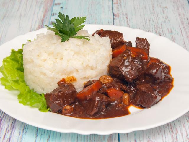 Як приготувати яловичину, тушковану з чорносливом? Рецепти приготування тушкованою, запеченої яловичини з чорносливом. Салат і рулети з яловичиною і чорносливом