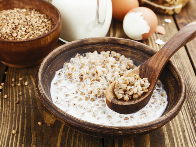 Гречана каша на молоці: рецепт класичний, дієтичний, для дітей, вагітних, схуднення, з фруктами і ягодами, в мультиварці, без варіння, користь, склад і калорійність