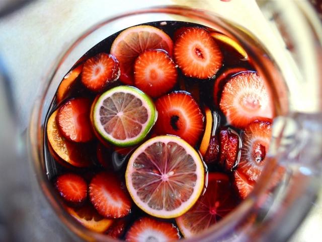 Напій сангрія в домашніх умовах: рецепти з фото. Як приготувати сангрію класичну, игристую, фруктову, білу, червону, гарячу, по-іспанськи, безалкогольну?