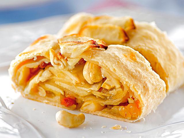 Як приготувати штрудель з яблуками, вишнями, грушами, сливами з листкового тіста в духовці, мультиварці: покроковий рецепт. Кращі рецепти штруделя з листкового і пісочного тіста з різними начинками: опис, фото. Як приготувати ледачий штрудель з різними