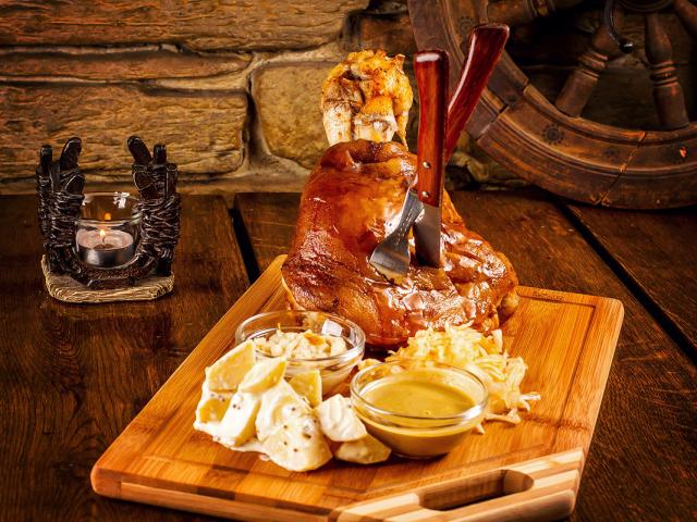 Смачна свиняча рулька в темному пиві по-баварськи, по-чеськи: кращі рецепти. Як приготувати свинячу рульку по-чеськи, по-баварськи з темним пивом, квашеною капустою, медом і гірчицею в духовці і мультиварці: рецепт