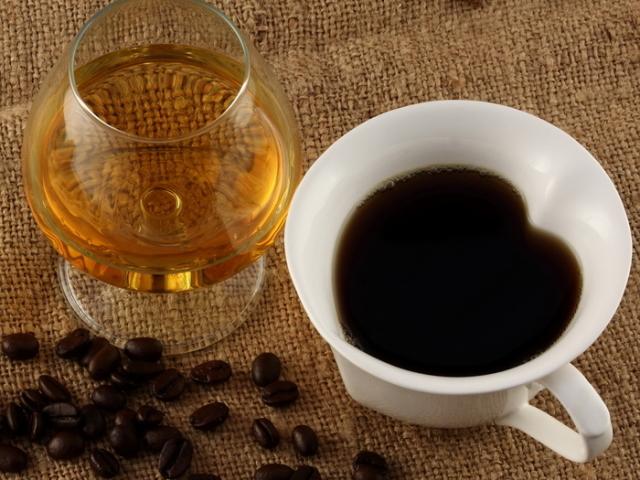 Кава з коньяком: як називається, користь і шкоду, кращі рецепти приготування. Як робити і розчинна кава натуральна з коньяком і молоком, вершками, морозивом, лимоном: рецепт. Скільки коньяку додавати в каву: пропорції. Як правильно пити каву з кінь