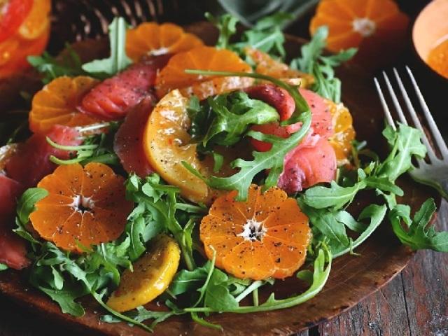 Страви з мандаринами: рецепти. Салати з мандаринами і куркою, червоною ікрою, пекінською капустою, копченою куркою, яловичиною: рецепти