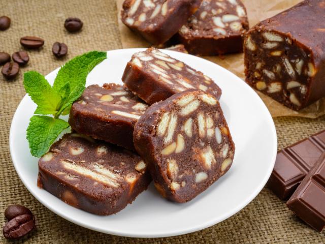 Шоколадна ковбаса з печива: простий класичний покроковий рецепт з дитинства. Як зробити смачну шоколадну ковбасу з печива і какао зі згущеним молоком, без масла, з горіхами, шоколадом, родзинками, Снікерсом, з дитячої суміші без випічки: рецепти