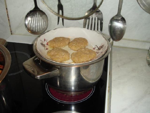 Як готувати їжу на пару без пароварки? Чим можна замінити пароварку в домашніх умовах? Як приготувати парові котлети, манти, овочі, шматочки курки, м'ясо, рибу, паровий омлет, рис, перший овочевий прикорм без пароварки?