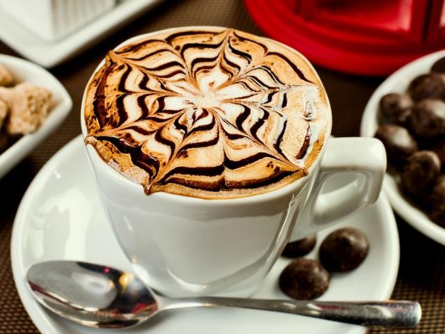 Кава латте: види, кращі рецепти. Як правильно пити каву латте, в якому келиху подавати? Як приготувати айс-латте, латте макіато, з морозивом, корицею, сиропом, гарбузово-пряний, імбирно-пряниковий, карамельний, сирний, банановий: рецепт