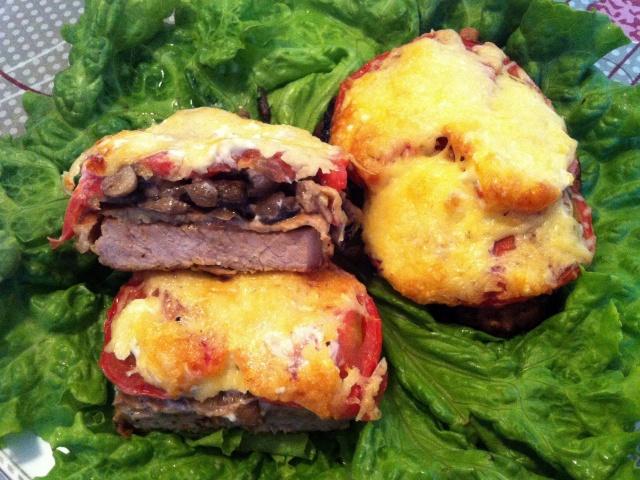 Святкове блюдо — свинина з грибами під сиром: кращі рецепти. Як правильно і смачно приготувати м'ясо свинини з грибами печерицями під сиром в духовці з помідорами, картоплею, майонезом, сметаною, плавленим сирком: рецепти