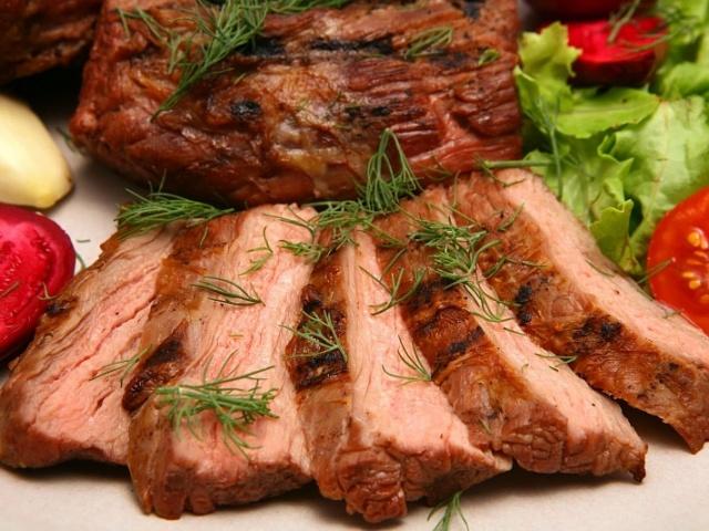 Свинина в духовці: найкращі рецепти до святкового столу. Як правильно і смачно приготувати свинину в духовці по-французьки, з грибами, сиром, картоплею, ананасами, овочами, чорносливом, під шубою: рецепти. Маринад для свинини в духовці: рецепт