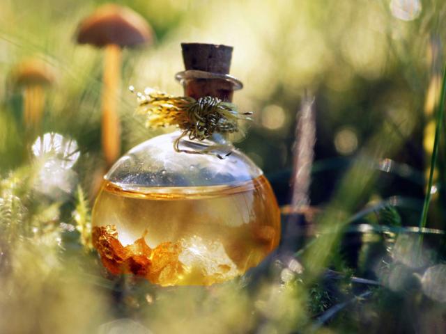 Як зробити масляні, тверді, сухі, на спирту жіночі та чоловічі парфуми, для дітей, вдома, в машину своїми руками в домашніх умовах: кращі рецепти. Як зробити самій духи з ефірних олій, квітів, пелюсток троянд, лимона, апельсина, кориці, з ваніллю: реце