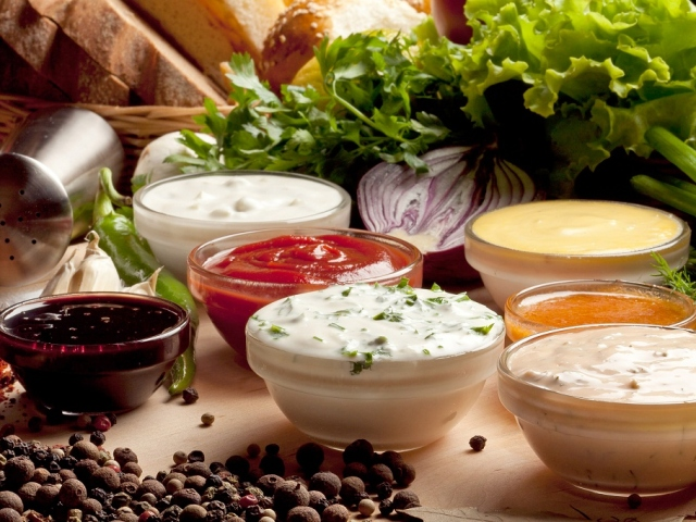 Сметанний соус: кращі рецепти. Як приготувати білий сметанний соус грибний з печериць, сметанно-томатний, з часником, хріном, гірчицею, зеленню, цибулею, сиром, майонезом, борошном, солоними огірками для м'яса, риби, курки, макаронів, тефтелькою, мантів: