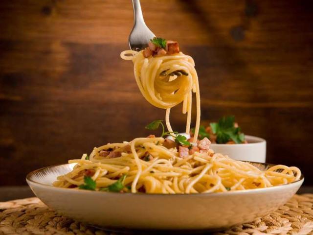 Паста карбонара: найкращі рецепти з шинкою, беконом, грибами, куркою, креветками, фаршем, лососем з вершковим соусом. Як приготувати вершковий соус для пасти карбонара: рецепт