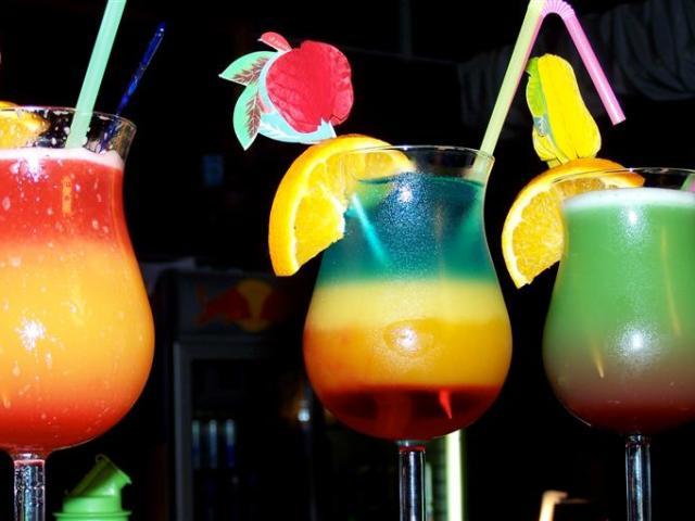 Кращі рецепти святкових коктейлів в домашніх умовах з шампанським, вином, горілкою, вермутом, ромом, коньяком, віскі, лікером. Як зробити смачний алкогольний коктейль для свята, вечірки?