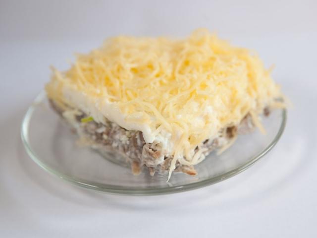 Салат «Чоловічі мрії»: класичний покроковий рецепт. Як приготувати салат «Чоловічі мрії» з м'ясом, картоплею, ананасом, гранатом, грибами, маринованою цибулею, волоськими горіхами?