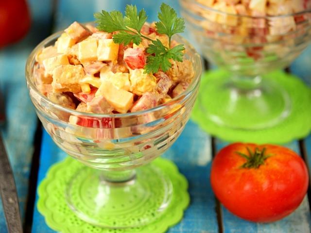 Салат з кириешки: кращі рецепти. Як смачно приготувати салат з кириешки, квасолею, копченою ковбасою, кукурудзою, куркою, помідорами, ананасом, сиром, крабовими паличками, грибами, маком, капустою, шинкою, грибами, сайрою
