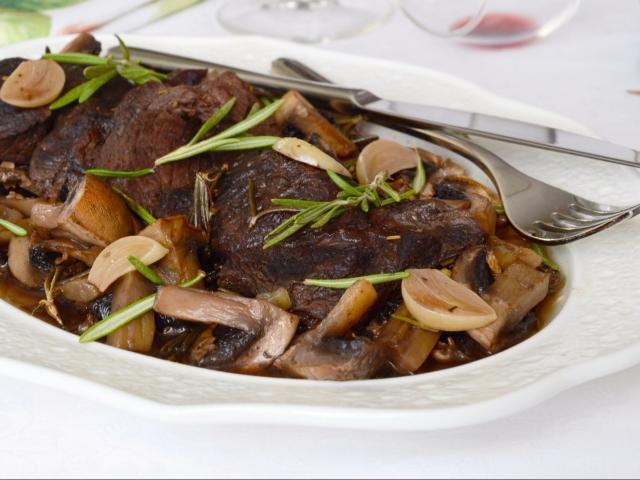 Яловичина тушкована з чорносливом в духовці і мультиварці: кращі рецепти. Як приготувати яловичину з чорносливом, в горщику, кисло солодкому соусі, сметані, червоному вині, запечену з картоплею, волоськими горіхами, курагою, грибами, морквою, сиром: рецеп