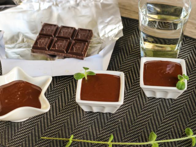 Як правильно розтопити шоколад: способи, рецепти. Як розтопити шоколад, щоб він був рідким в мікрохвильовці, на водяній бані, газовій плиті, мультиварці, фондюшниці, в силіконових формочках, з молоком, вершками, маслом: поради, рецепти