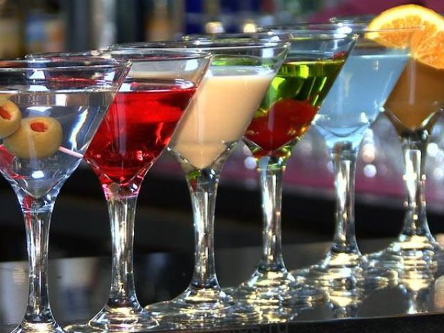 Як правильно пити різні види мартіні і з чим закушувати з етикету: рецепти, правила, поради. Чим розбавляють і як п'ють сухий, червоний, рожевий, зелений мартіні, Bianko, Rosso, Rosato, Extra Dry, Asti: назви соків, пропорції