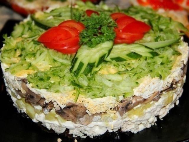 Святковий салат «Венеція»: інгредієнти і покроковий рецепт з ананасом і куркою. Як смачно приготувати салат «Венеція» з копченою ковбасою, шинкою, чорносливом, м'ясом, кукурудзою, буряком, сиром, картоплею, грибами, корейською морквою, свіжим огірком: