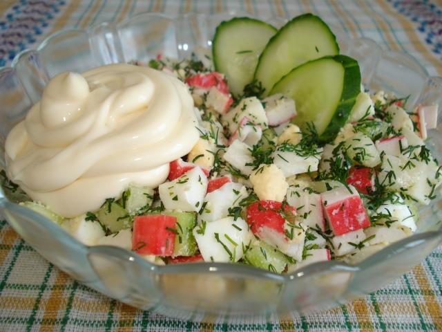Святковий салат з крабовими паличками і кукурудзою, яйцем, рисом: інгредієнти і покроковий класичний рецепт. Як смачно приготувати класичний салат з крабовими паличками і огірком, пекінською капустою і листковий: найкращі рецепти