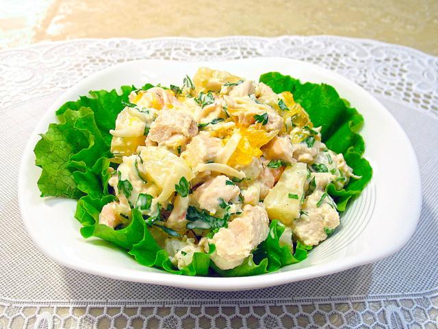 Святковий салат Наречена: інгредієнти і покроковий класичний рецепт з копченою куркою шарами. Як смачно приготувати салат Наречена, з плавленим сиром, копченою ковбасою, без м'яса, з буряком і морквою, вареною куркою, ананасом, яблуком, креветками,