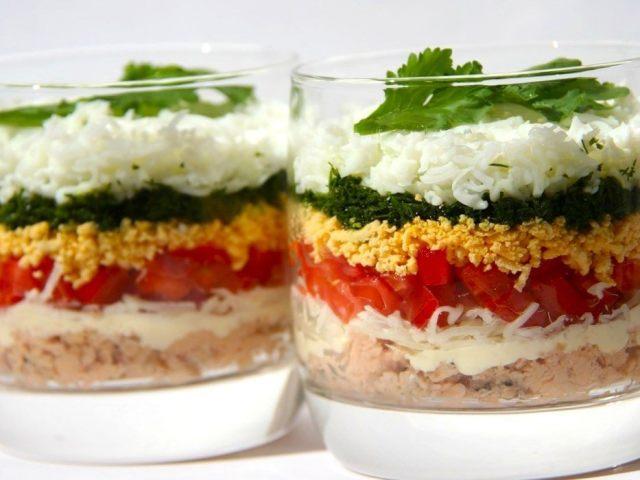 Святковий салат «Російська красуня»: інгредієнти і покроковий класичний рецепт з куркою, шинкою і сиром шарами по порядку. Як смачно приготувати салат «Російська красуня» з картоплею фрі, маринованими грибами печерицями, цибулею: найкращі рецепти