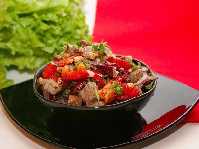 Святковий салат «Тбілісі»: інгредієнти і покроковий класичний рецепт з червоною квасолею і яловичиною. Як смачно приготувати салат «Тбілісі» з курячою грудкою, м'ясом, мовою, копченою куркою, майонезом, кінзою, волоським горіхом: найкращі рецепти
