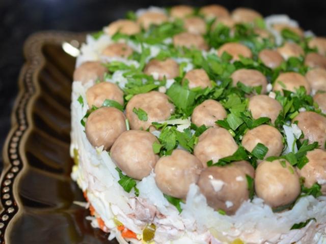 Святковий салат «Грибна галявина»: інгредієнти і покроковий класичний рецепт з куркою шарами по порядку. Як смачно приготувати салат «Грибна поляна» з грибами печерицями, опеньками, шинкою, ковбасою, сиром, м'ясом, печінкою, морквою по-корейськи: р