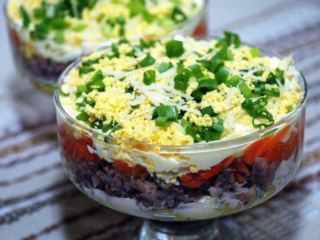 Святковий салат «Лисичка»: інгредієнти і покроковий класичний рецепт з куркою, корейською морквою і грибами. Як смачно приготувати салат «Лисичка» з оселедцем і грибами, шинкою, червоною рибою, картоплею з грибами лисичками маринованою цибулею: промінь
