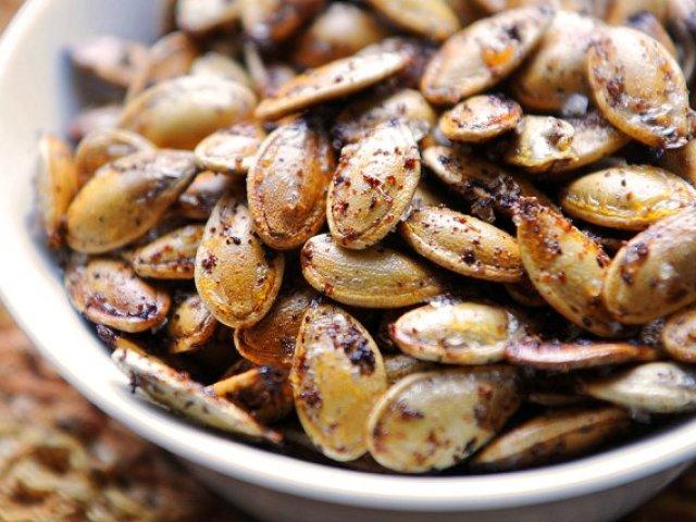 Як смачно посмажити гарбузове насіння на сковороді, в мікрохвильовій печі, духовці, з сіллю, щоб вони розкрилися, будинки: кращі рецепти. Скільки хвилин смажити гарбузове насіння на сковороді в духовці мікрохвильовці? Треба і як мити гарбузове насіння пер