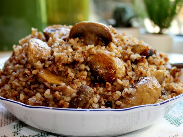 Як смачно приготувати гречку з тушонкою на сковороді, в мультиварці, духовці, зварити в каструлі: кращі рецепти. Як зробити гречку з тушонкою з грибами, овочами, цибулею, по-купецькому: рецепти