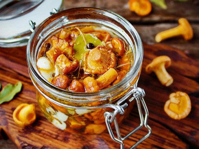 Заготовки з грибів лисичок на зиму: кращі рецепти. Мариновані, солоні, смажені, заморожені лисички, в томатному соусі, ікра, солянка з лисичок на зиму: рецепти приготування. Скільки варити лисички перед маринуванням, засолюванням, заморожуванням на зиму?
