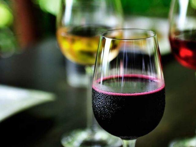 Домашнє вино, настоянка, наливка, лікер з жимолості: кращі, прості рецепти
