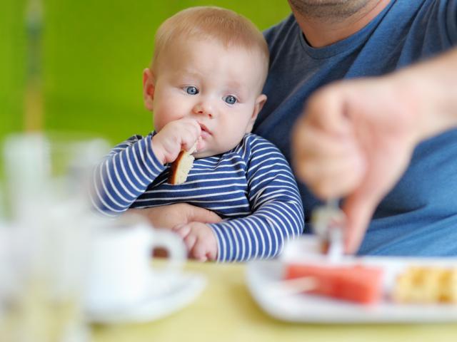 З якого віку дають дитині рибу? Чи можна дитині давати в'ялену, червону, солону і річкову рибу?