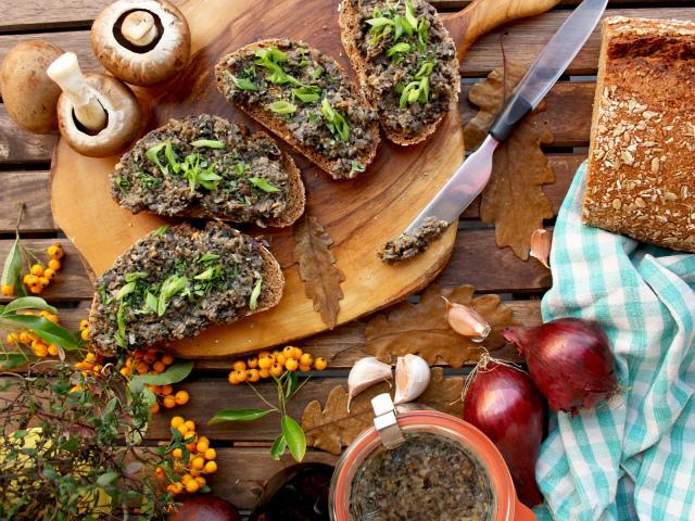 Смачна ікра грибна на зиму з варених, сушених, заморожених, солоних грибів і ніжок маслюків, білих грибів, підосиновиків, підберезників, печериці, сироїжки, груздів, моховиків: найкращі рецепти