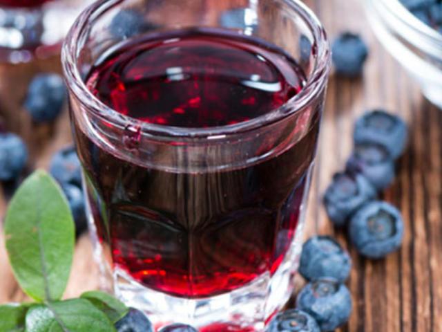 Як приготувати з ягід лохини домашнє вино, лікер, настоянку на горілці: найкращі рецепти
