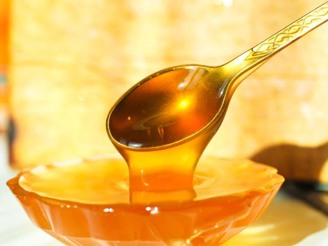 Чи можна нагрівати мед: властивості меду при нагріванні. При якій температурі мед втрачає свої корисні властивості і при якій температурі мед стає шкідливим? Що відбувається з медом при нагріванні? Як відрізнити нагрітий мед?