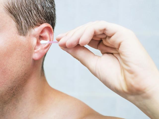 Лущиться шкіра, свербить у вухах всередині, зовні, на мочці вуха, за вухом у дорослих і дітей: причини, лікування. За вухом лущиться шкіра, тріскається, покривається скоринкою і мокне: причини, як лікувати медикаментозно і народними засобами?