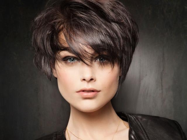 Види жіночих стрижок на короткі густі кучеряве, рідкісні, прямі волосся. Як зробити стрижку пікс, боб, драбинку на короткі волосся?