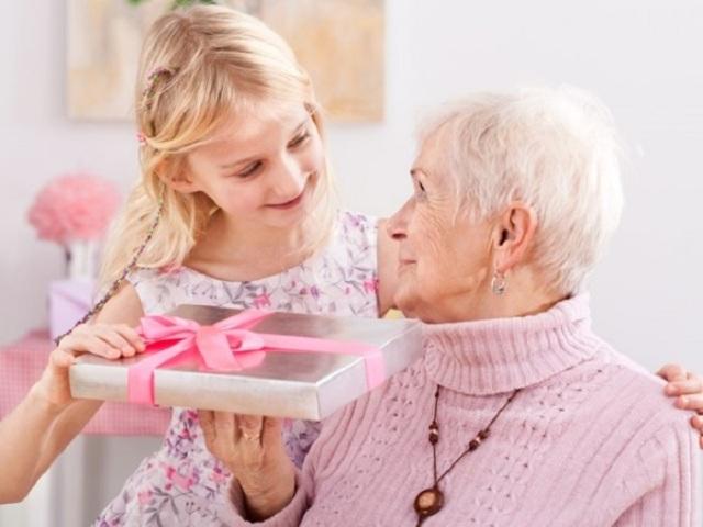 Що можна подарувати бабусі на День народження: 50 ідей кращих подарунків. Що можна подарувати бабусі на День народження своїми руками: ідеї, фото. Як зробити бабусі на День народження листівку, аплікацію від онуків, яку можна їй заспівати пісню, розказати
