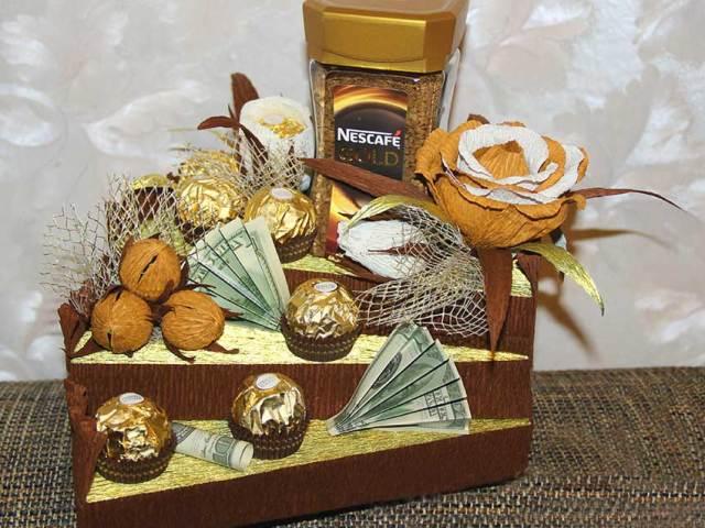 Солодкі, смачні подарунки на Новий рік своїми руками з цукерок, шоколадок, солодощів: ідеї, фото. Як зробити новорічні солодкі подарунки друзям, колегам, дітям своїми руками з цукерок, шоколаду, солодощів: ідеї для школи, дитячого саду, схеми, шаблони, ф