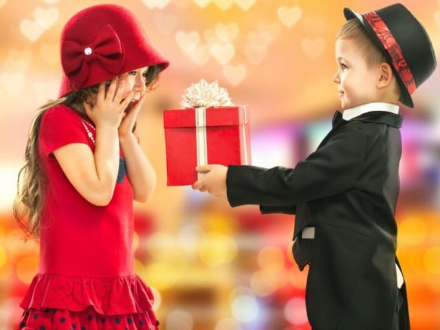 Що подарувати дитині дівчинці на Новий рік: ідеї подарунків, фото. Який подарунок подарувати маленькій дівчинці, першокласниці, підлітку на Новий рік? Що подарувати дівчині на Новий рік недорого: ідеї недорогих подарунків, іграшок