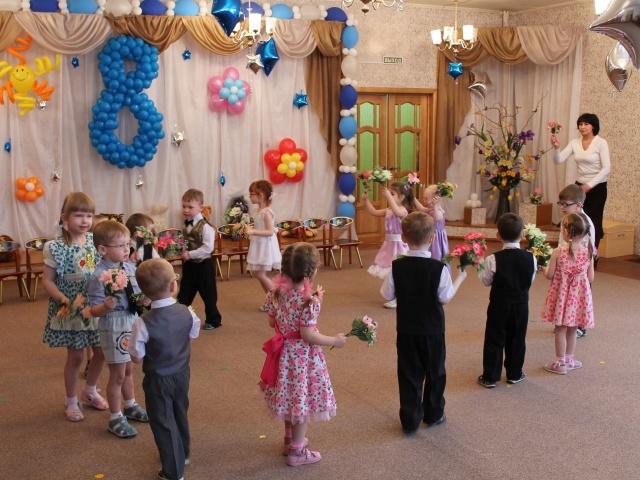 Ранок до 8 березня в дитячому саду: сценарій свята для молодшої групи. Конкурси, пісні, вірші, танці, ігри, загадки сценки для свята на 8 березня в дитячому саду в молодшій групі